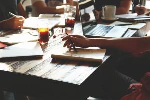 Millennials usando Macbook Pro de segunda mano en Madrid